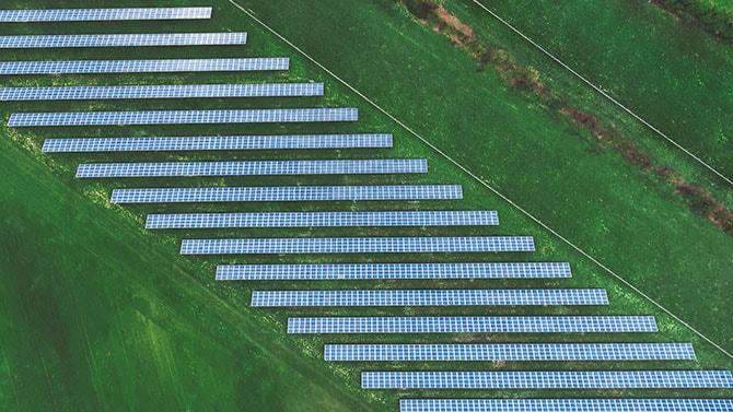 Vue aérienne de champs et panneaux solaires