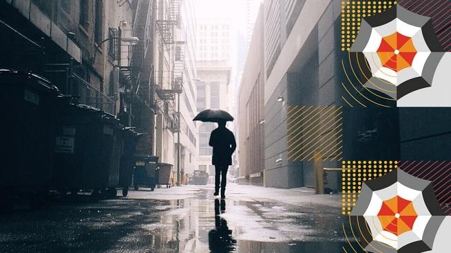 Piéton avec un parapluie